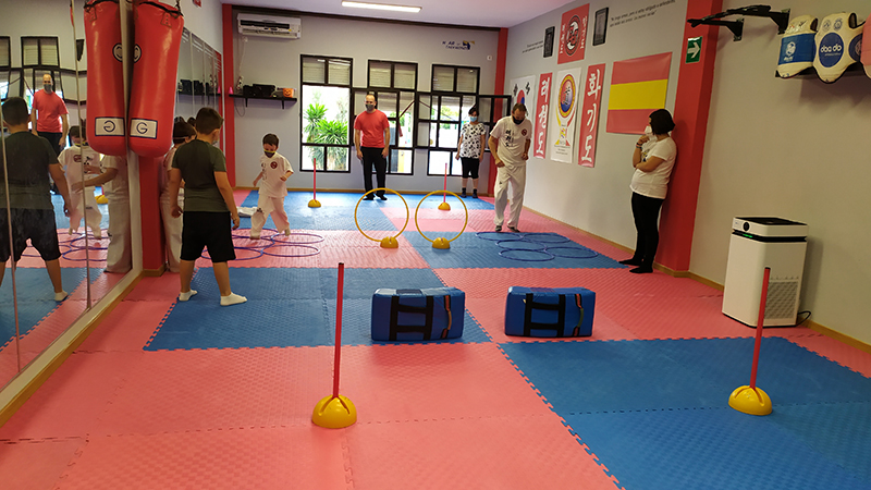 Un ejercicio del taller de defensa personal entre padres e hijos