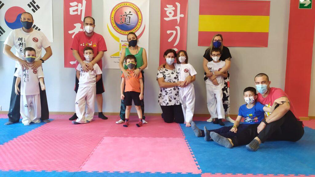 Foto final del taller de defensa personal entre padres e hijos